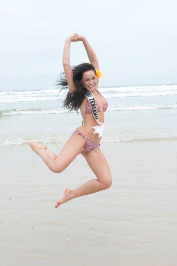"""Претендентки на корону """"Мисс Вселенная"""" устроили фотосессию в купальниках"""