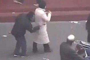 """Китайські злодюжки """"обчищають"""" кишені перехожих паличками для їжі (відео)"""