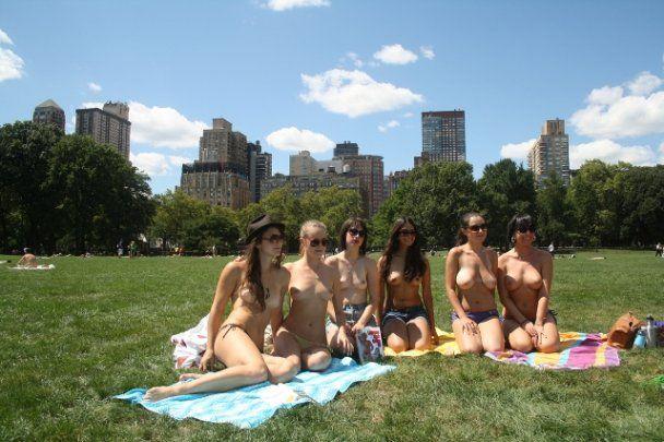 """Женщины в Нью-Йорке объединились в """"Клуб чтения топлес"""""""
