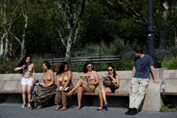 """Американки об'єдналися в """"Клуб читання топлес"""" і розгулюють Нью-Йорком голяка"""