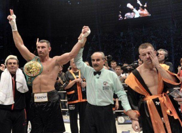 Віталій Кличко переміг Адамека технічним нокаутом (відео)