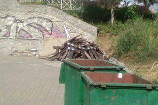 У Києві відправили на смітник таблички зниклих через Голодомор сіл