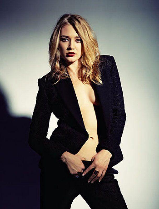 У новій фотосесії Оксана Акіньшина мацала собі груди