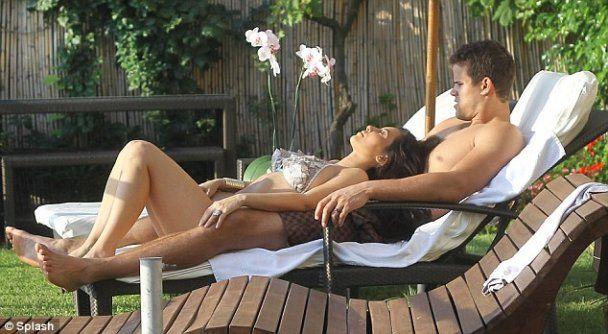 Кім Кардашян привідкрила завісу свого медового місяця (фото)