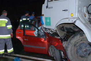 На Волыни КамАЗ разгромил легковушку: 3 человека погибли
