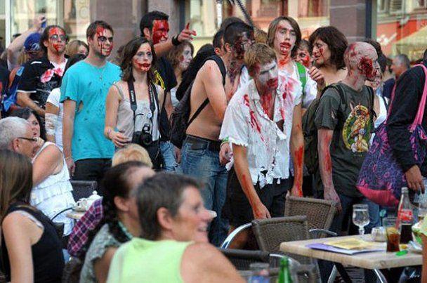 """У Франції пройшов традиційно кривавий """"Марш зомбі"""""""
