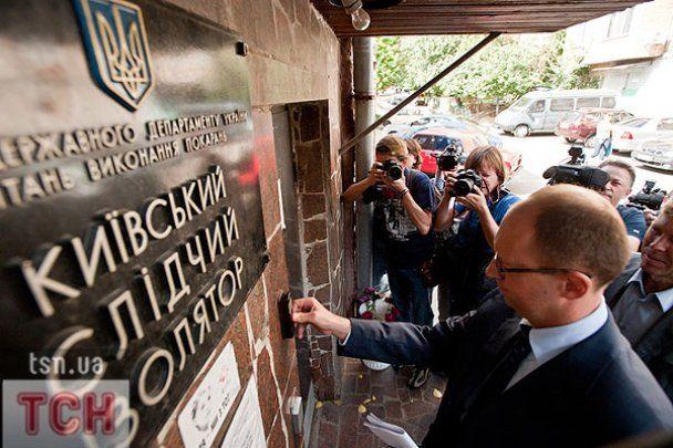 Яценюк вкрав у СІЗО булочку, а Тимошенко йому так і не показали