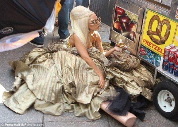 Lady Gaga в сукні від кутюр смакувала хот-доги