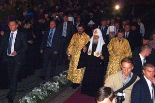 Парень на инвалидной коляске прорвался к патриарху Кириллу