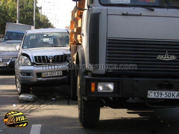 В Киеве грузовик без тормозов протаранил девять авто