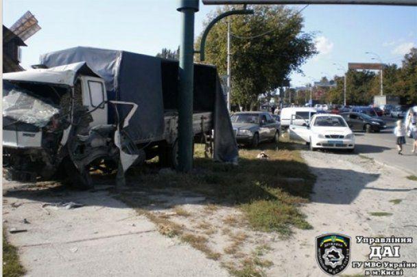 У Києві вантажівка без гальм протаранила дев'ять авто