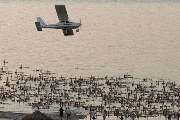 Масова гола фотосесія від Спенсера Туніка на березі Мертвого моря