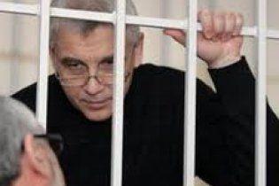 Лежащего соратника Тимошенко таки привлекли на судебное заседание