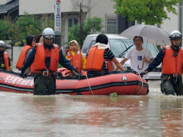 """На Японию обрушился мощный тайфун """"Роке"""", есть жертвы и раненые"""