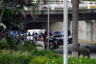 В Мексике нашли два автомобиля с изуродованными трупами