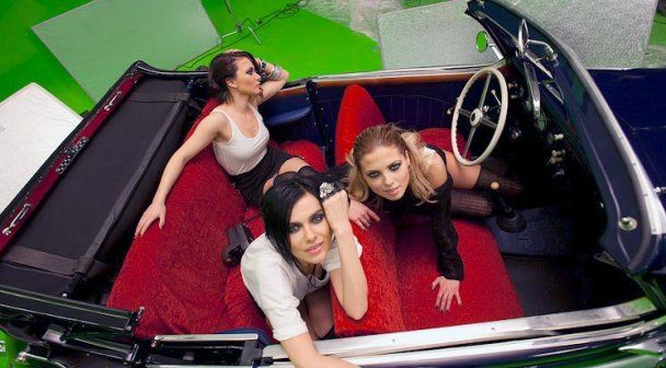 """Девушки из группы """"Серебро"""" провели мастер-класс по надеванию презервативов (видео)"""