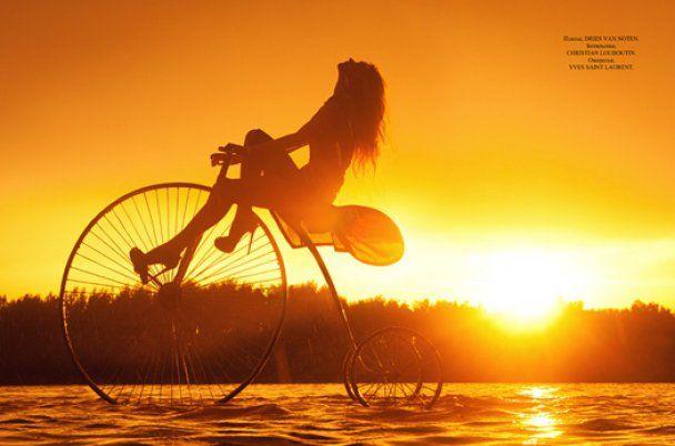 """Світлана Ходченкова на старовинному велосипеді """"їздила по хвилях"""""""