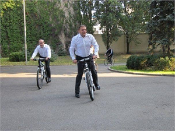 Добкин и Кернес носились по Харькову на велосипедах