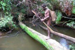 Папуас подстрелил туриста из лука, чтобы завладеть его девушкой