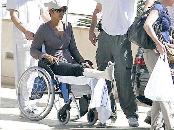 Холли Берри сломала ногу во время съемок фильма