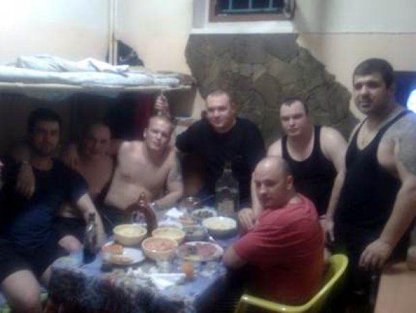 Москаль роздобув шокуючі фото: арештантам СІЗО водять повій і носять наркотики