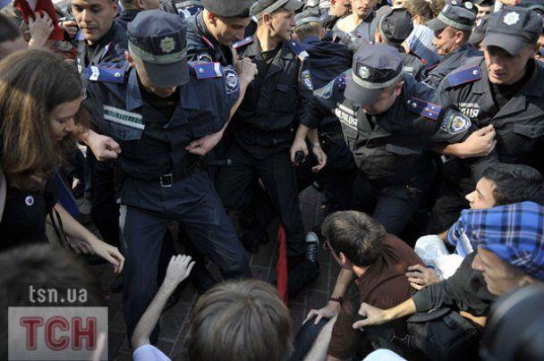"""Як бійці """"Беркута"""" пакували студентів у автозаки в Києві"""