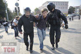 Оппозиционные депутаты пробили для студентов коридор в рядах Беркута