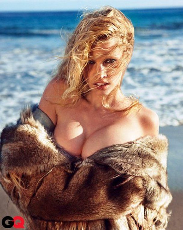"""""""Жінка року"""" знялася оголеною в шубі на березі моря"""