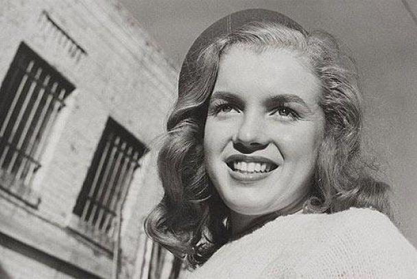 На аукцион выставят бесценные кадры первой фотосессии Мэрилин Монро