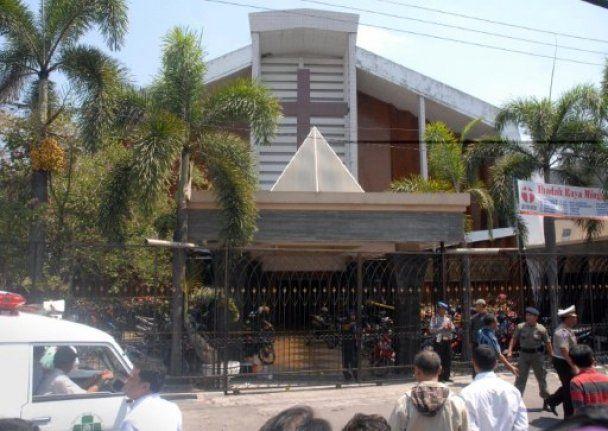 В Индонезии смертник залил кровью христианскую церковь