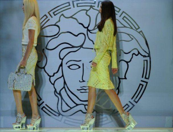 На MFW Versace запомнился безупречной женственностью и падением модели