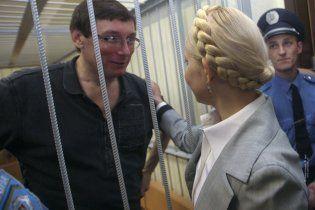 Луценко в автозаке развлекал Тимошенко анекдотами про блондинок