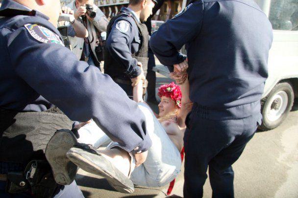 Милиция не дала Платини полюбоваться прелестями FEMEN