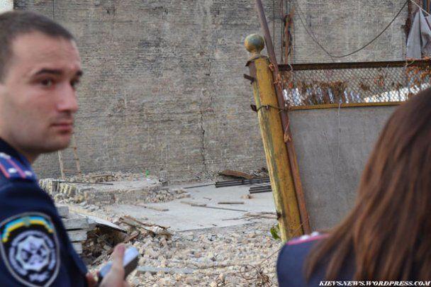 На крышу дома в центре Киева упал строительный кран