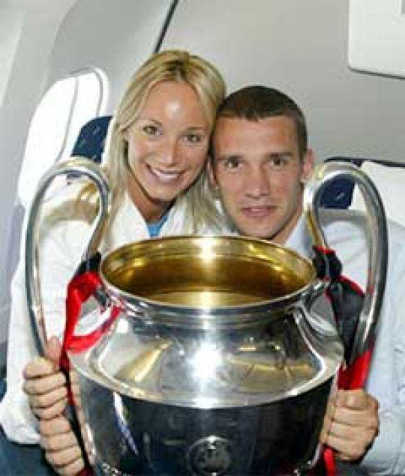 Шевченко з дружиною тримають в руках Кубок чемпіонів