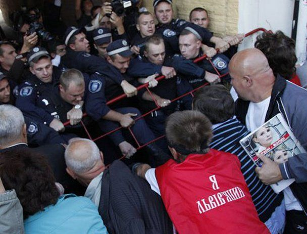 Прихильники Тимошенко побилися з міліцією біля Печерського суду