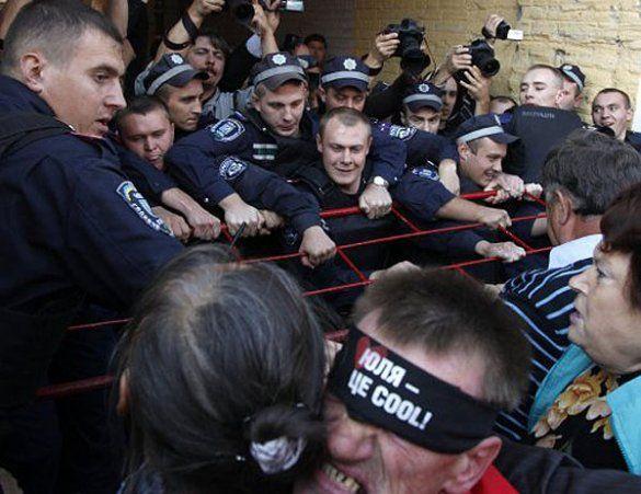 Прихильники Тимошенко штурмували Печерський райсуд_3