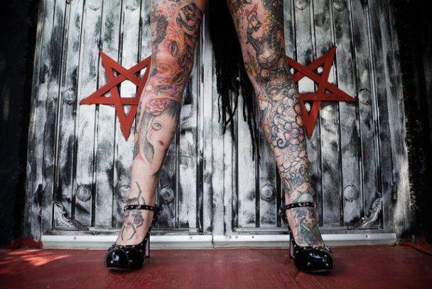 Жінка перетворила себе на вампіра: покрила тіло тату, вживила роги та ікла