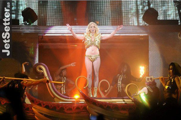 Бритни Спирс устроила стриптиз на концерте в Киеве