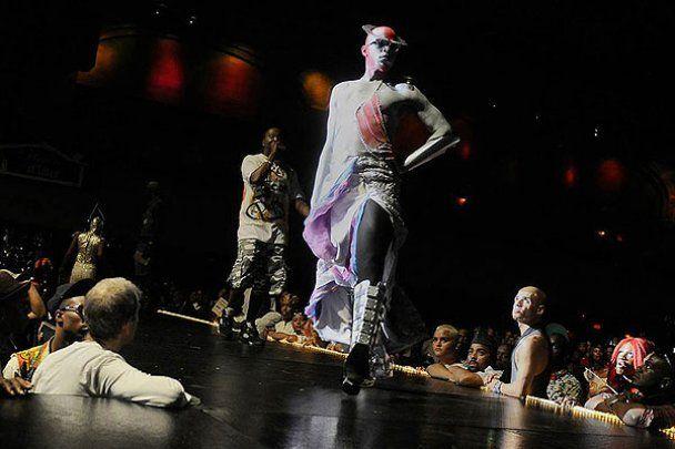Драг-квіни та модники на Латексному балу в Нью-Йорку