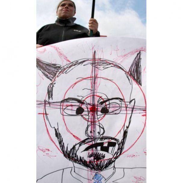 """В Киеве студенты забросали """"Табачника"""" букетами"""