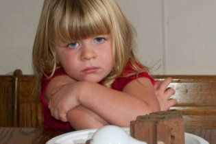 У США дівчинка зі збоченим апетитом їсть цеглу і лампочки