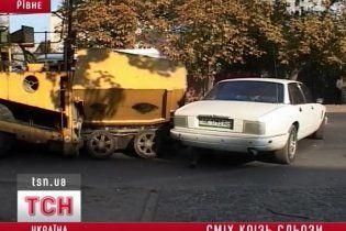 """В Ровно асфальтоукладчик не разминулся с """"Ягуаром"""""""