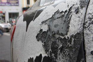 Невідомий у Києві  пообливав кислотою 15 машин