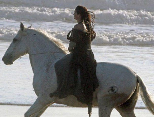 Мокрая Кристен Стюарт с оголенным плечом ездила верхом