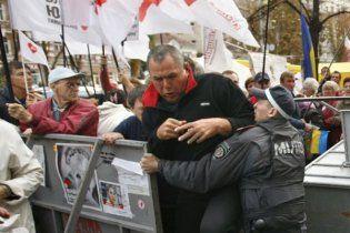 Депутаты-сторонники Тимошенко прорывают кордон милиции у здания суда
