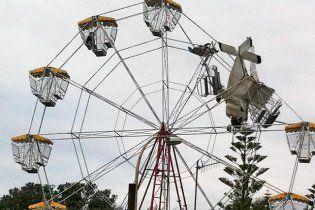 В Австралії літак врізався в атракціон і застряг (відео)