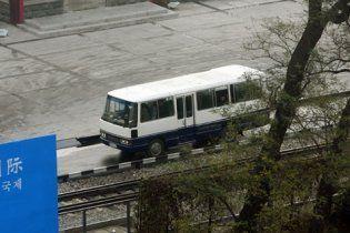 В Китае пассажирский автобус упал в реку