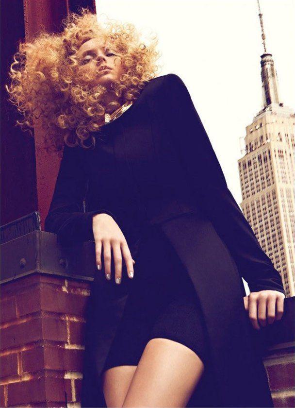 Золотоволоска Лілі Коул у шпильках видерлася на дах висотки