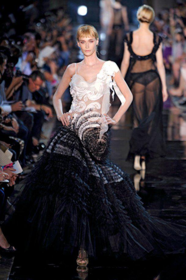 Тиждень моди у Парижі: напівголі моделі у мереживах від Гальяно